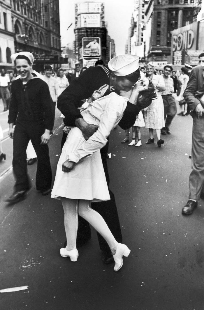 Bức ảnh nổi tiếng chụp tại Quảng trường Thời Đại của nhiếp ảnh gia Alfred Eisenstaedt.